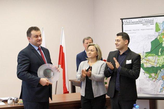 Wręczenie nagrody Najpopularniejszego Wójta Powiatu Wieluńskiego.